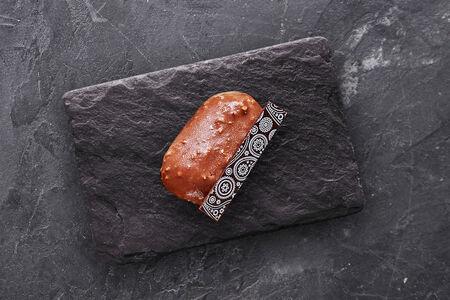 Пирожное Шоколадно-ореховое пирожное с соленой карамелью