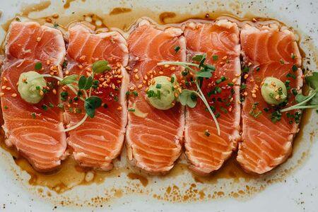Татаки из лосося с соусом юдзу