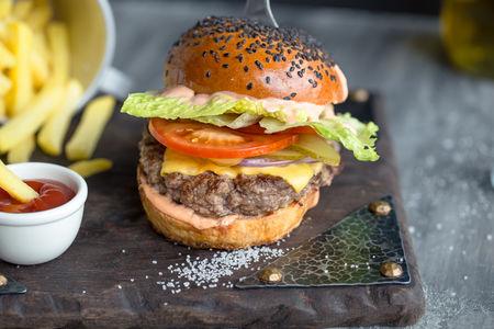 Мраморный чизбургер на булочке с кунжутом