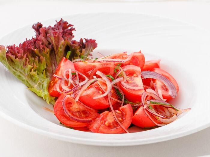 Сладкие томаты с красным луком