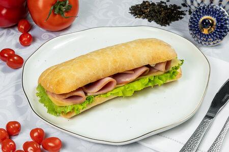 Итальянский сэндвич из чиабатты с ветчиной и сыром