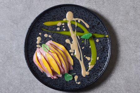 Копчёная утка с рисом, пармой и соусом манго