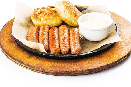 Говяжьи колбаски с картофельными зразами