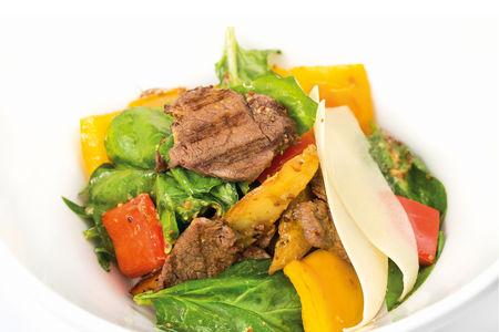 Салат с говядиной и свежим шпинатом