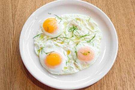 Глазунья из трех деревенских яиц