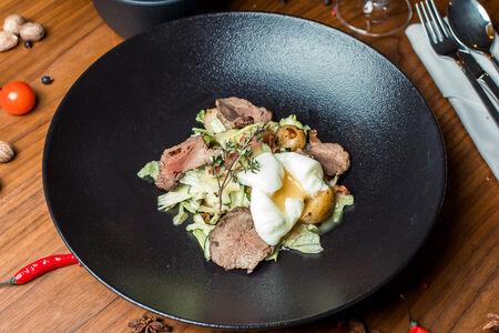 Салат с ростбифом и яйцом пашот