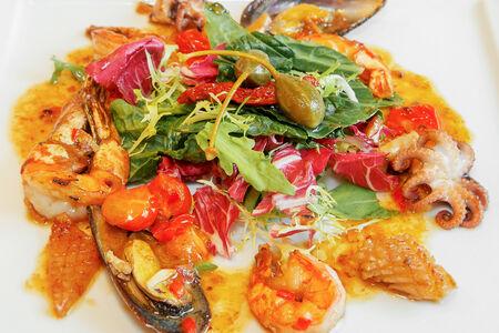 Салат с обжаренными морепродуктами