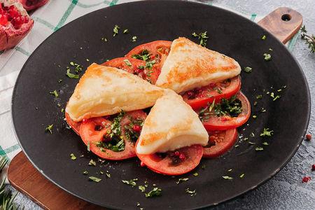 Сулугуни жареный с помидорами