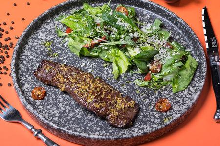 Стейк-салат с зеленым миксом и хреном