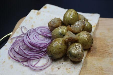 Картофель с салом, запеченный в тандыре