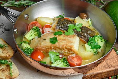 Камбала по-домашнему с овощами в соусе белое вино
