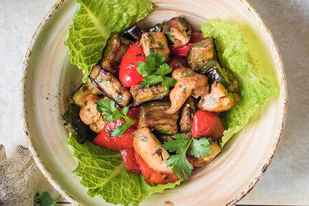 Тёплый салат на мангале с цыплёнком