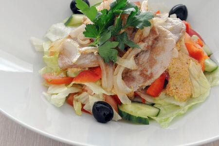 Теплый салат со свининой и соусом из вяленых томатов