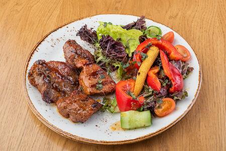 Шашлык из говядины с салатом из свежих овощей