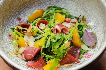 Салат с копчёной уткой, миндалем и мандаринами