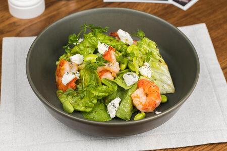 Листья салата с креветками