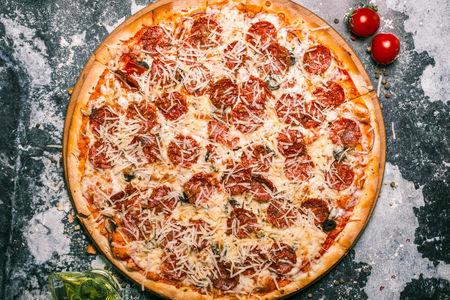 Пицца Салями Де Люкс