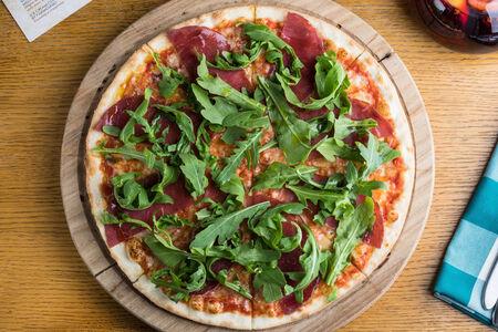 Пицца с брезаолой