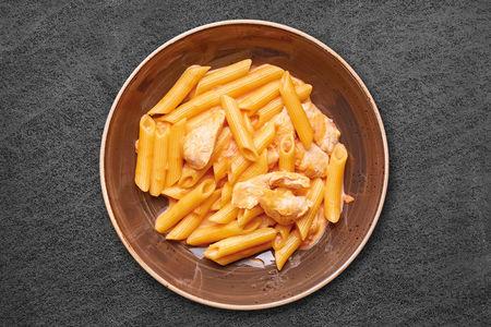 Пенне с желтым цыпленком