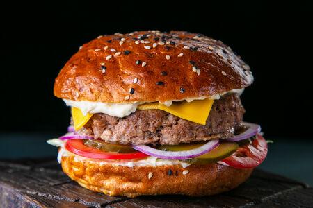 Жар-бургер с острым соусом