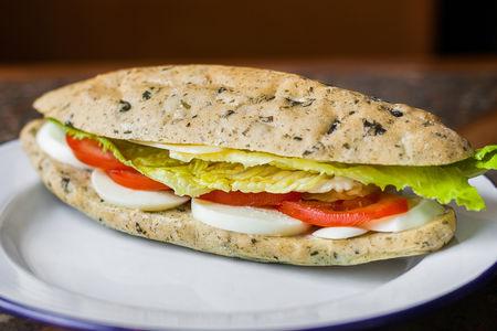 Сэндвич с яйцом, сыром и свежим томатом