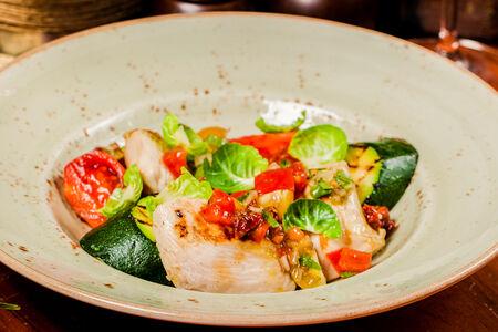 Куриная грудка с овощами на гриле и сальсой из томатов