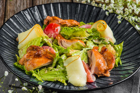 Салат с курицей и сыром сулугуни