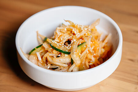 Салат с капустой кимчи и ростками сои