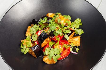 Салат Хрустящий баклажан с томатами и кинзой