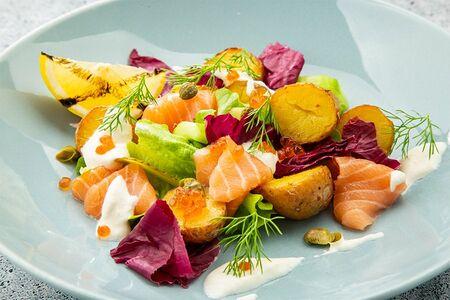 Салат с форелью, красной икрой и картофелем