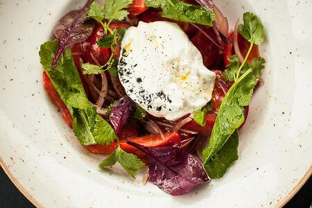 Салат с помидорами и козьим сыром