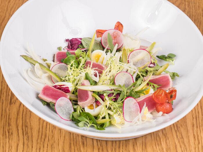 Салат с жареным тунцом