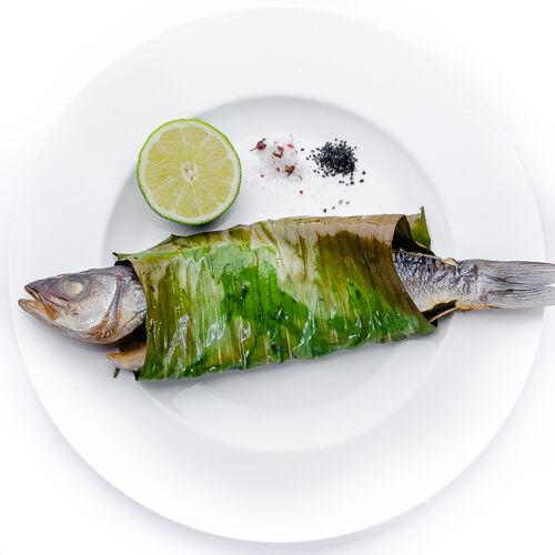 Сибас, запечённый целиком в соляной печи