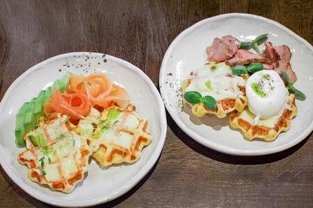Картофельные вафли с лососем и авокадо