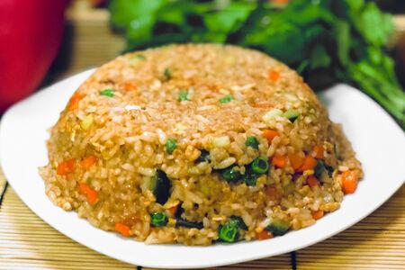 Рис с овощами и соусом