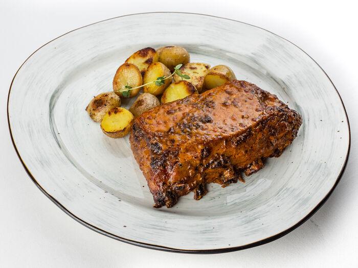Свиные ребра барбекю с картофелем черри