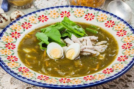 Зеленые щи с цыпленком и перепелиным яйцом