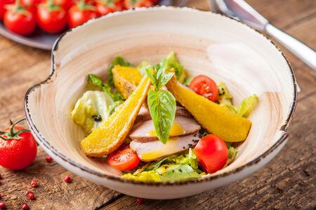 Салат с уткой, фламбированной грушей и апельсиновым соусом