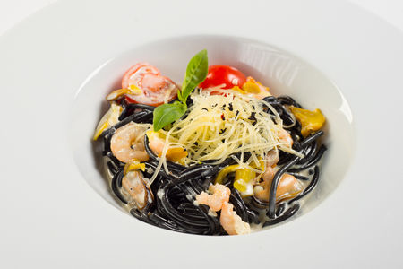 Черные спагетти с тигровыми креветками в сливочном соусе