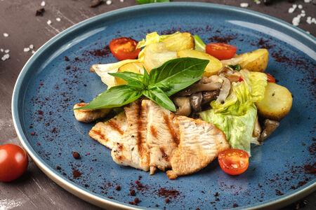 Салат с индейкой, картофелем и вешенками