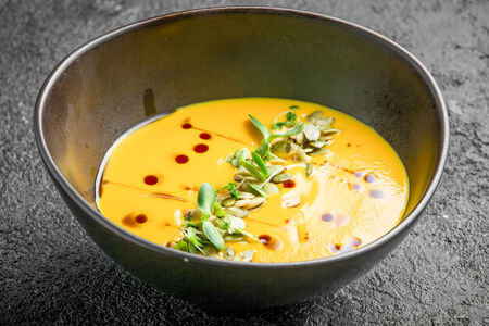 Тыквенный крем-суп с семечками и ароматным маслом