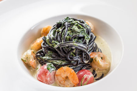 Черные спагетти с креветками и шпинатом