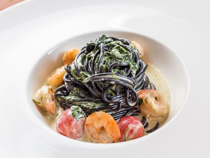 Чёрные спагетти с креветками и шпинатом