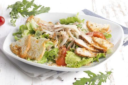 Салат с куриным филе, креветками и кальмаром