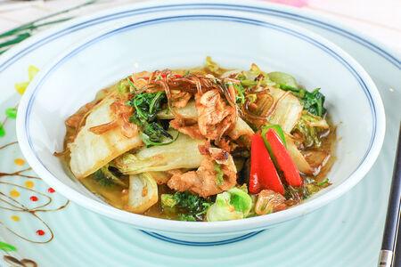 Жареная пекинская капуста с фунчозой и свининой
