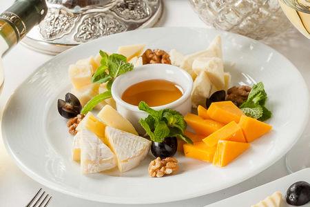 Сырная тарелка с медом и фруктами