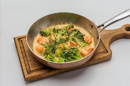 Лосось с брокколи в сливочном соусе