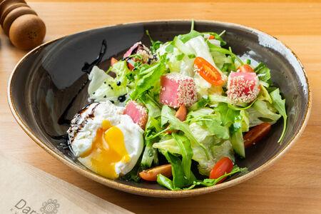 Марсельский салат с тунцом и яйцом пашот