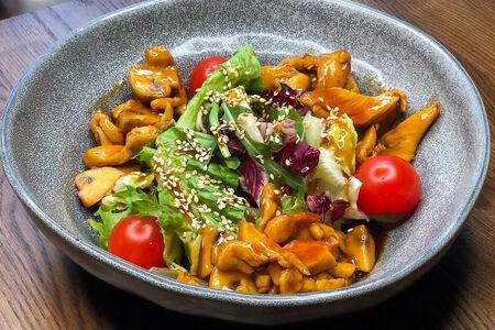 Салат с жареной курицей и грибами