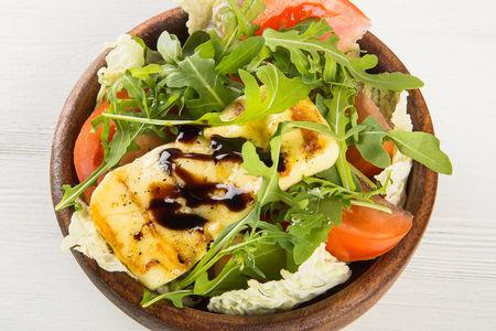 Салат с жареным сыром халлуми и овощами